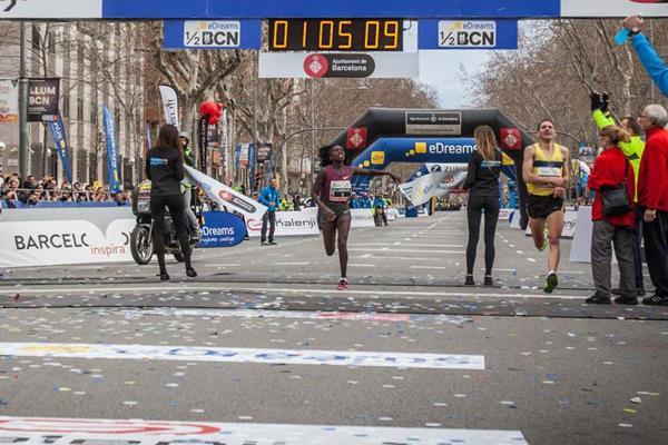 Florence Kiplagat Breaks Own Half Marathon World Record!